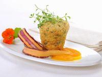 Kräuter-Muffins mit Möhrensauce