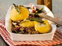 Kürbis-Käse-klöße mit Linsen-Radicchio-Gemüse