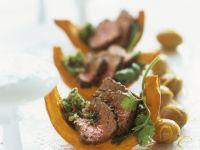 Kürbisspalten mit Pesto und Rückenbraten (Rumpsteak) und karamellisierten Kartoffeln