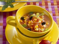Kürbissuppe mit Oliven und Tomaten