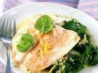 Lachs mit Joghurtsauce und Spinat