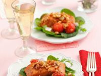 Lachs mit Schalotten-Nuss-Mix auf Salatbett