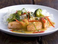 Lachs vom Grill mit Brokkoli-Kokos-Soße und Reis