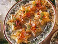 Lachssalat mit Kresse und Gebäcksternen