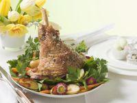 Lammhaxe mit Petersilie, Kartoffeln und Karotten