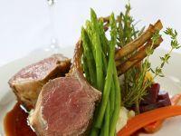 Lammkarreé mit Rotweinjus und Gemüse