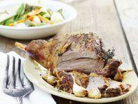 Lammkeule mit Gemüse und Knoblauch