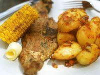 Lammkotelett mit Bratkartoffeln und Maiskolben