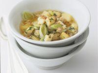 Lauch-Kartoffelsuppe mit Huhn, Speck und Pilzen