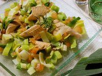 Lauch-Tomaten-Salat mit Forelle