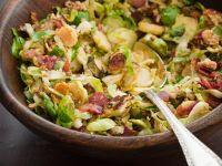 Lauwarmer Rosenkohlsalat mit Speck und Nüssen