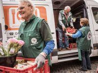 Ein Transporter der Bergedorfer Tafel mit Tomaten udn Blumen wird ausgeladen