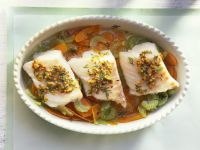 Lengfischfilet mit Senfbutter und Gemüsebett