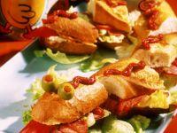 Lustiges Partybaguette mit Salat, Nüssen und Wurst