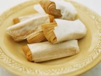 Maisblätter mit Füllung (Tamales)