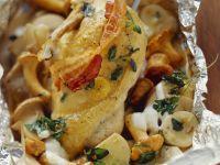 Maishähnchen mit Pilzen und Kartoffeln in der Folie gebacken