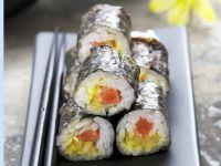 Maki-Sushi mit Kürbis und Wildlachs
