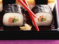 Maki-Sushi mit Lachs und Avocado