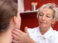 Mandelentzündung erkennen: Ärztin tastet den Hals ab