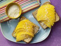 Mango-Toast mit Kokosraspeln