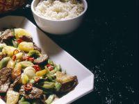 Mariniertes Rindfleisch mit Ananas aus dem Wok
