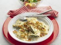 Maultaschen mit Zwiebeln dazu Blattsalat