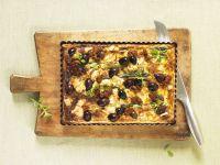 Mediterraner Spargelkuchen mit Ziegenkäse, Oliven und getrockneten Tomaten