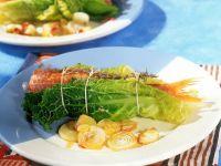 Meerbarben-Wirsing-Wickel mit Zwiebelgemüse