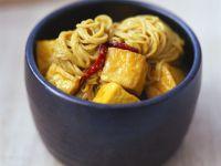 Mie-Nudeln mit Currysoße und Tofu auf malaiische Art