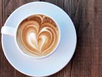 Kaffee mit Milchschaum und Herz-Verzierung