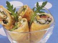 Mit buntem Salat gefüllte Wraps