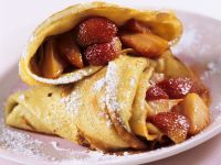 Mit Erdbeeren gefüllte Pfannkuchen