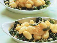 Mit Käse überbackene Gnocchi auf Spinat