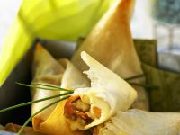 Mit Lachs und Gemüse gefüllte Teigtaschen