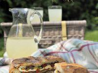 Mit mediterranem Gemüse und Mozzarella gefülltes Brot