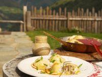 Mit Sauerkraut und Speck gefüllte Teigtaschen