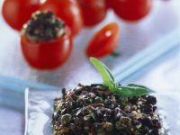 Mit Tapenade gefüllte Tomaten