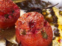 Mit Tofu gefüllte Tomaten