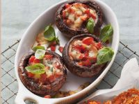 Mit Tomaten und Mozzarella gefüllte Pilze