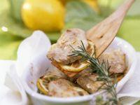 Mit Zitrone und Rosmarin mariniertes Kalbsschnitzel