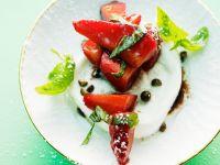 Mozzarella mit Erdbeeren und Basilikum