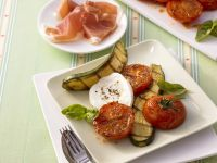 Mozzarella mit gegrillten Tomaten und Zucchini