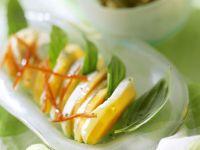 Mozzarella mit Papaya und Basilikum