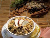 Müsli mit Quinoa, Rosinen, Nüssen und Apfel