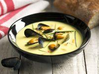 Muschelsuppe auf spanische Art mit Safran und Schnittlauch