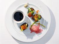 Nigiri mit Frühlingszwiebeln und Forellenkaviar