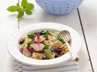 Nudeln mit Huhn, Oliven und roten Zwiebeln