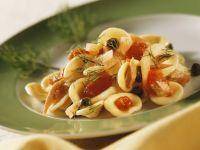 Nudeln und Thunfisch-Kapern-Sauce mit Fenchel und Tomaten
