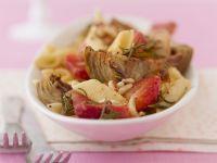 Nudelpfanne mit Artischocken, Erdbeeren und Pinienkernen