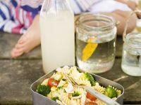 Nudelsalat mit Gemüse und Hähnchen